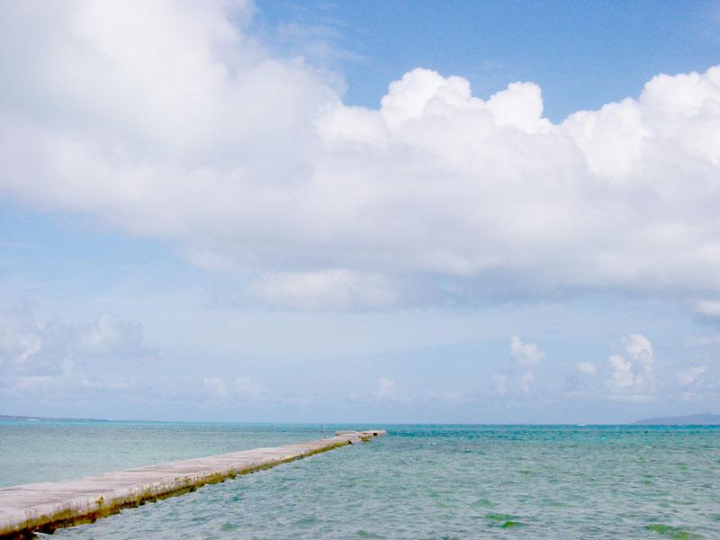 海に真っ直ぐ伸びる桟橋