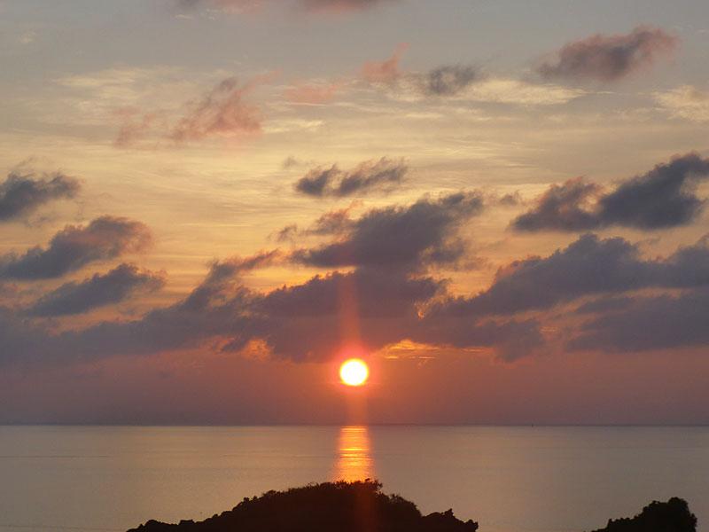 屋上からのぞむ日の出