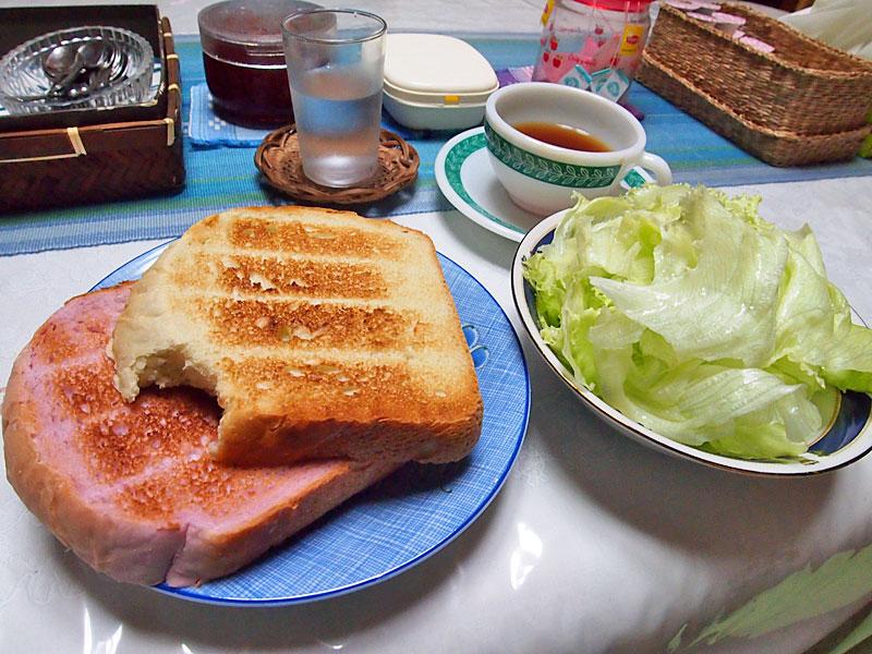 軽朝食(かじりかけでスミマセン)