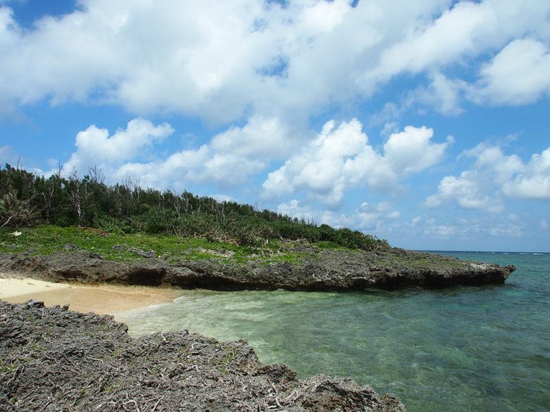 岩場に囲まれた小さなビーチ