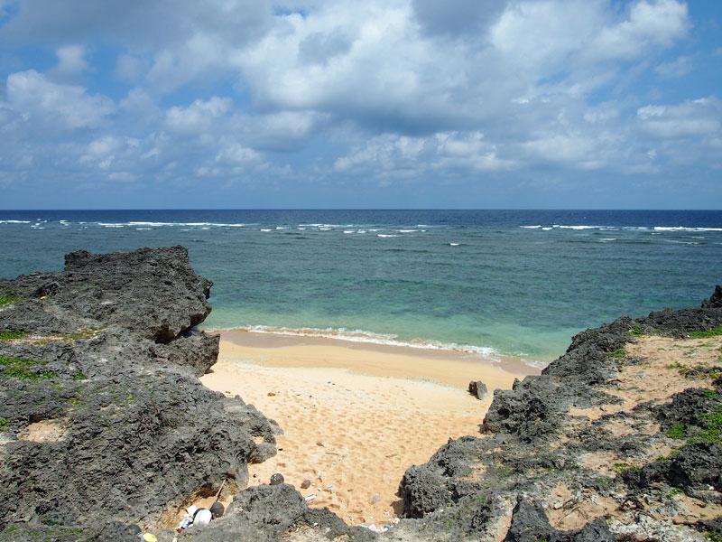 岩肌の向こうにビーチが