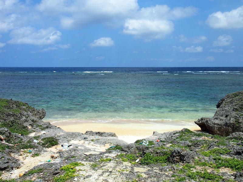 岩場の向こうにビーチが