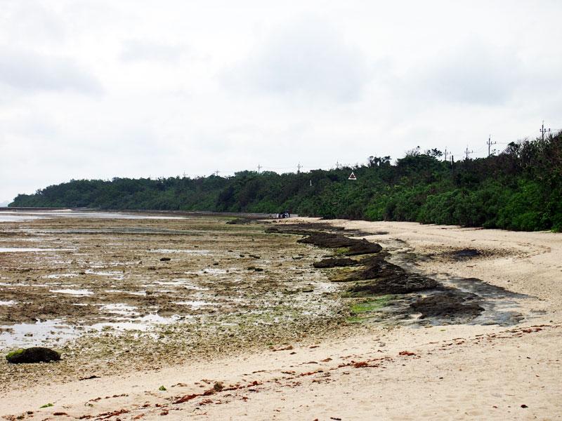 コンドイビーチから見たニーラン神石の場所